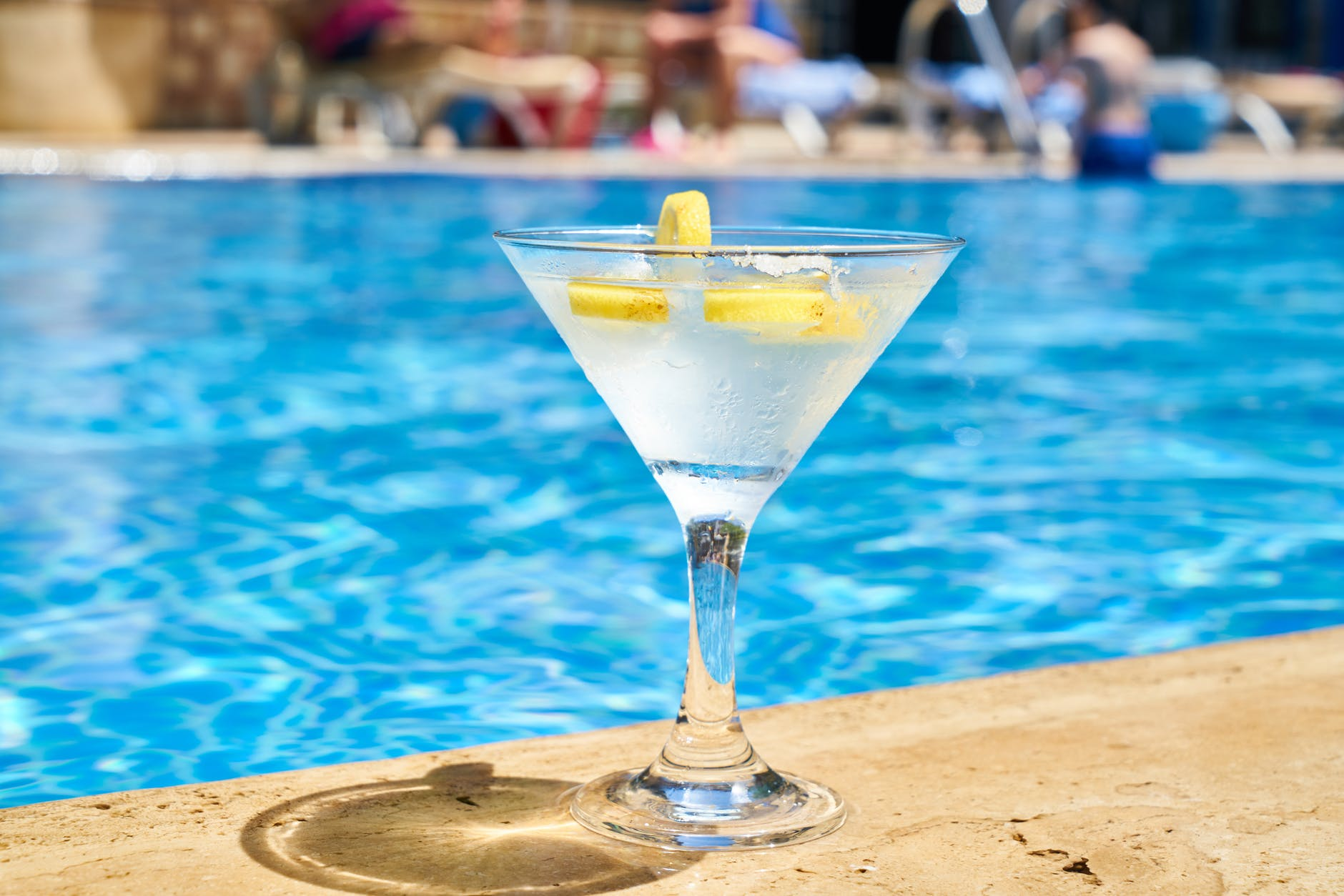 Cocktail ved pool